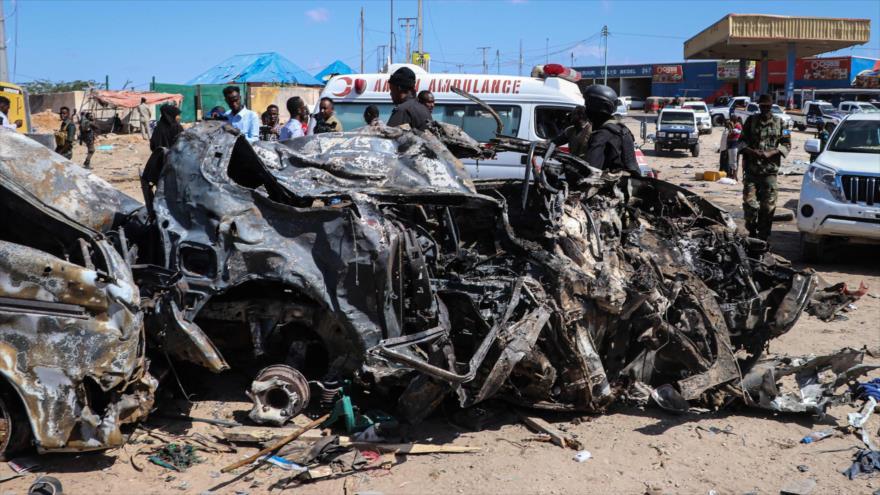 Restos del automóvil destruido en el atentado con coche bomba en Mogadiscio, capital de Somalia, 28 de diciembre de 2019. (Foto: AFP)