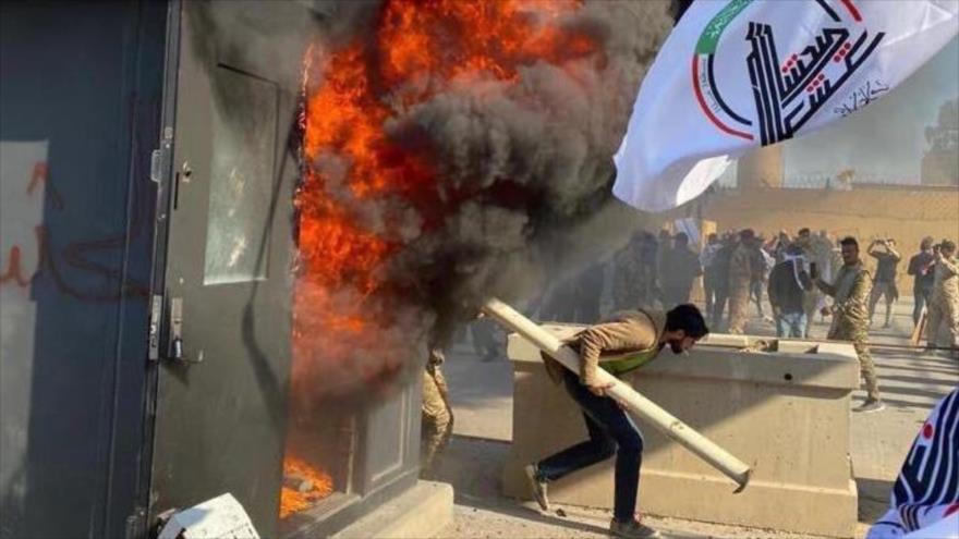 Vídeos y fotos: Los iraquíes atacan embajada de EEUU en Bagdad