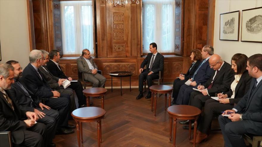 El presidente de Siria, Bashar al-Asad (dcha.), se reúne con Ali Asqar Jayi, un asesor del canciller iraní, en Damasco, 31 de diciembre de 2019. (Foto: SANA)