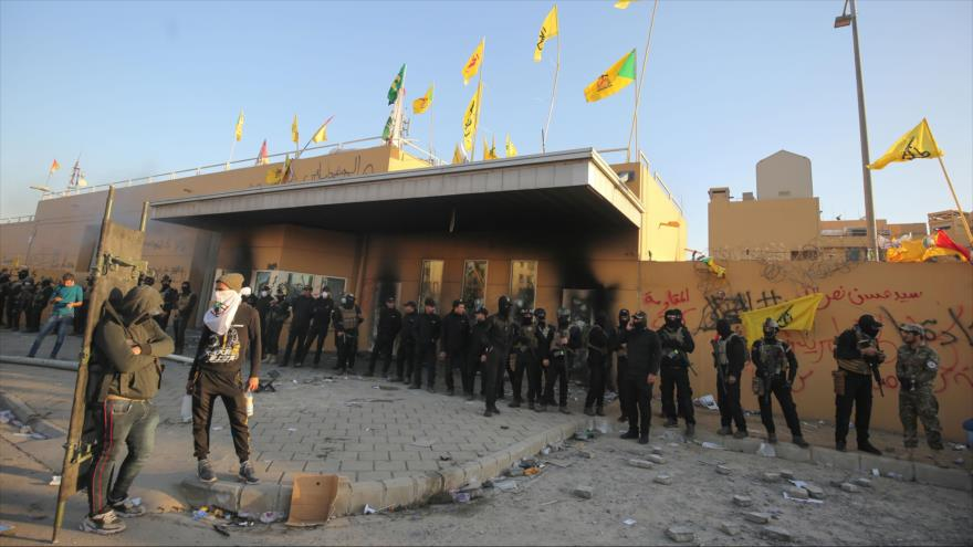 FF.AA. iraquíes hacen guardia en la entrada de la embajada de EE.UU., Bagdad, la capital, tras ser asaltada, 31 de diciembre de 2019. (Foto: AFP)