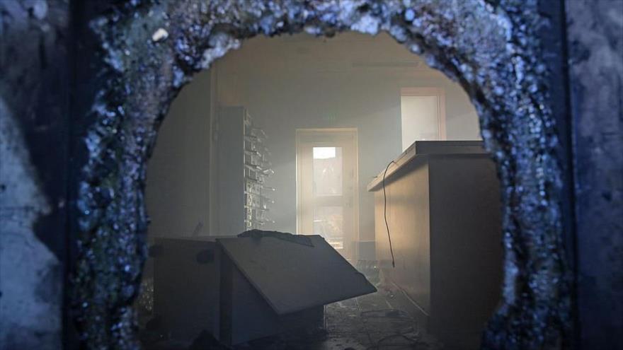 Los restos carbonizados de la recepción de la embajada de EE.UU. tras una masiva protesta en Bagdad, Irak, 2 de enero de 2020 (Foto: Daily Mail)