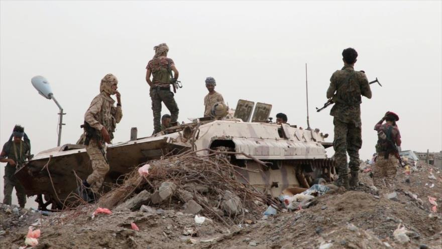 Milicianos separatistas yemeníes, respaldados por EAU, junto a un vehículo militar en la ciudad de Adén, sur de Yemen.