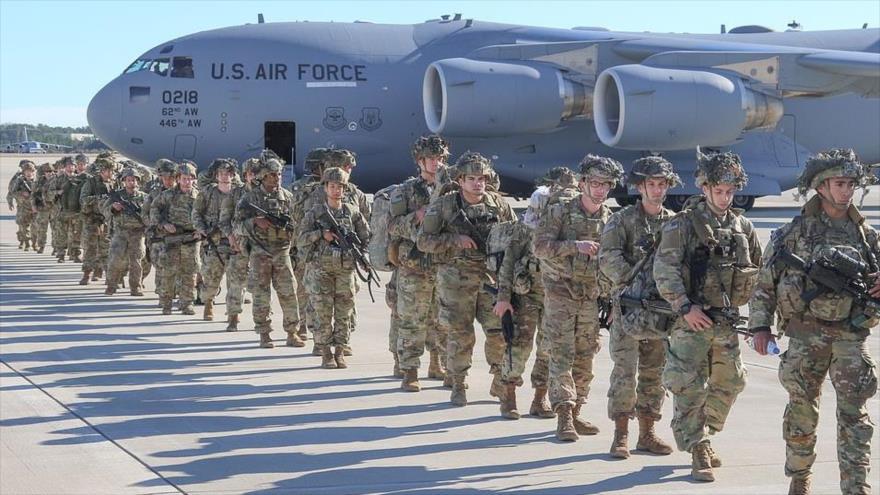 Los paracaidistas de EE.UU. se despliegan en Kuwait desde el aeródromo de la Fuerza Aérea Pope, cerca de Fort Bragg en Carolina del Norte, 1 de enero de 2020.