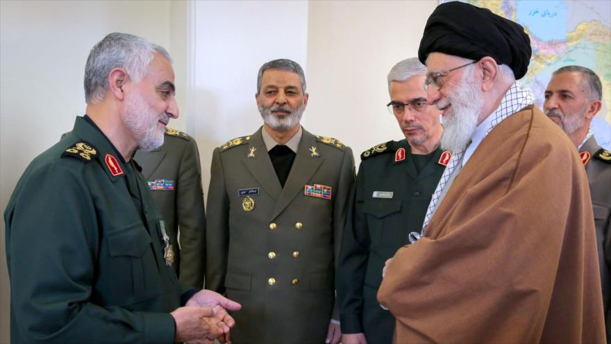 El Líder de la Revolución Islámica de Irán, ayatolá Seyed Ali Jamenei, condecora al general Qasem Soleimani.