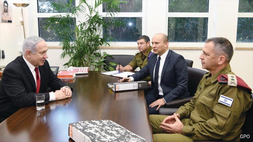 El primer ministro de Israel, Benjamín Netanyahu, (izq.), su ministro de defensa, Naftali Bennett, (centro a dcha.) y el jefe del estado mayor del ejército Israelí, Aviv Kochavi, (dcha.).