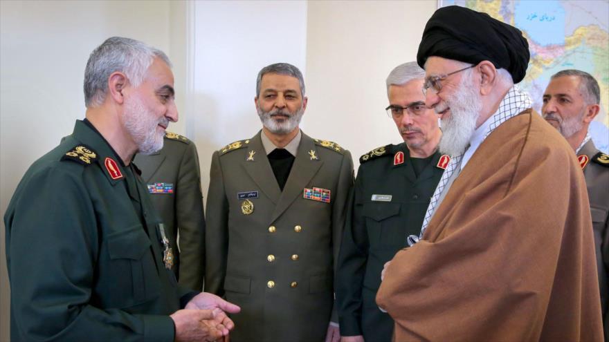 El Líder de la Revolución Islámica de Irán, el ayatolá Seyed Ali Jamenei, (dcha.) y el comandante de las Fuerzas de Quds de Irán, el general Qasem Soleimani (izda.)