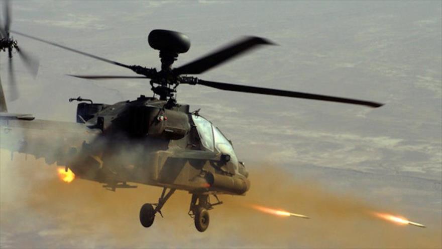 Un helicóptero Apache estadounidense dispara misiles en pleno vuelo.