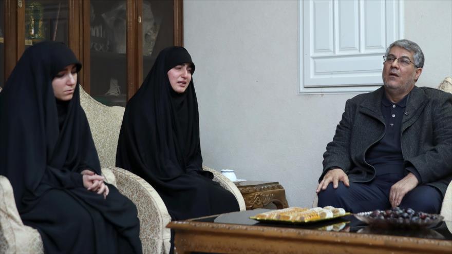 Zeynab Soleimani (Centro), hija del comandante de la Fuerza Quds del CGRI de Irán, asesinado por EE.UU., 4 de enero de 2020. (Foto: President.ir)