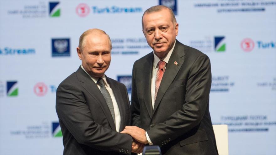 El presidente ruso, Vladimir Putin (izda.), junto a su homólogo de Turquía, Recep Tayyip Erdogan.