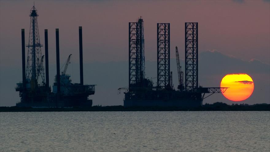 Plataformas petroleras en alta mar en construcción en Port Fourchon, Louisiana, EE.UU.