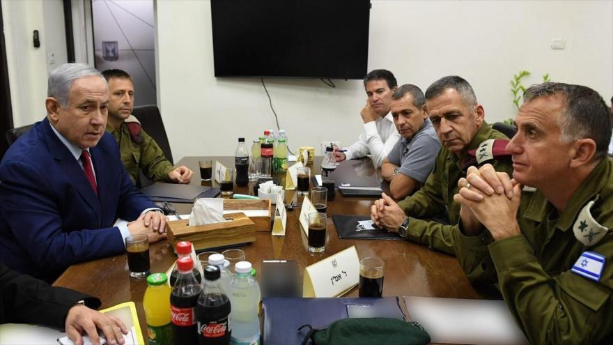 El primer ministro israelí, Benjamín Netanyahu (izda.) reunido con los jefes militares en la sede del ejército en Tel Aviv, 10 de septiembre de 2019.