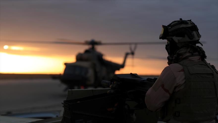 Un soldado estadounidense en la base aérea de EE.UU. en Irak.
