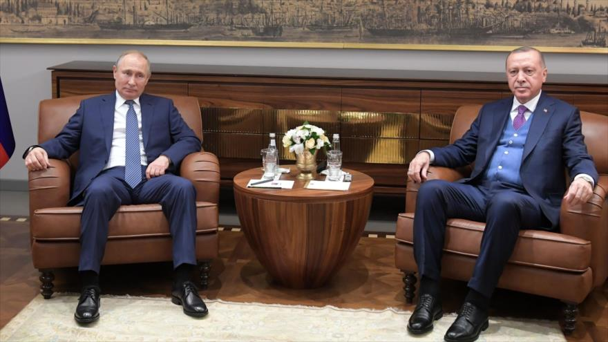Los presidentes de Rusia y Turquía, Vladimir Putin (izda.) y Recep Tayyip Erdogan, en una reunión en Estambul, 8 de enero de 2020. (Foto: AFP)