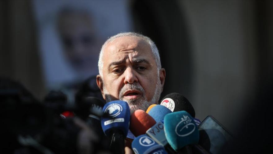 El canciller de Irán, Mohamad Yavad Zarif, habla con la prensa al margen de una sesión del Gabinete iraní, 8 de enero de 2020. (Foto: Mehr)