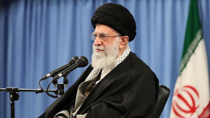 El líder iraní el ayatolá Seyed Ali Jamenei, ofrece un discurso en la ciudad de Qom (centro), 8 de enero de 2020. (Foto: Fars News)