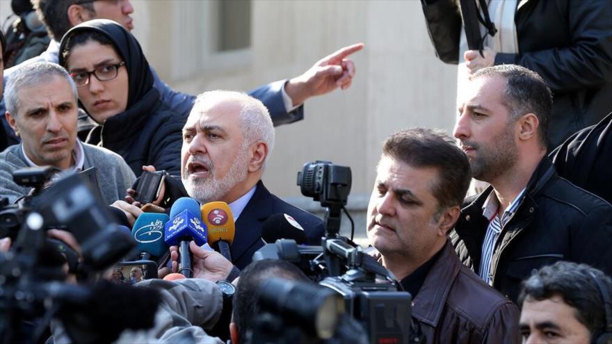El canciller de Irán, Mohamad Yavad Zarif, habla con la prensa al margen de una sesión del Gabinete iraní, 8 de enero de 2020. (Foto: IRNA)