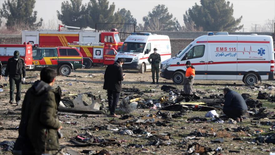 Equipos de rescate trabajan en el lugar del siniestro del avión ucraniano cerca de Teherán, capital iraní, 8 de enero de 2020. (Foto: AFP)