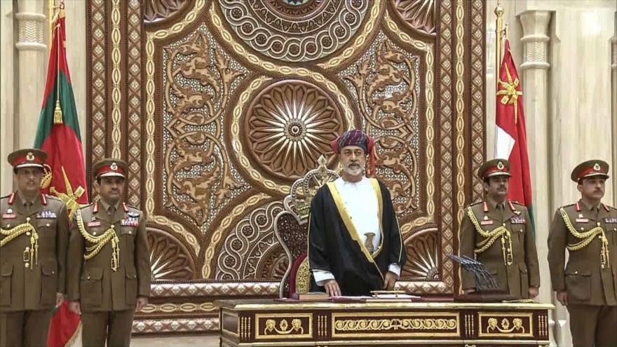 El nuevo sultán de Omán, Haitham bin Tarek (Centro), en una ceremonia, 11 de enero de 2020. (Foto: AFP)