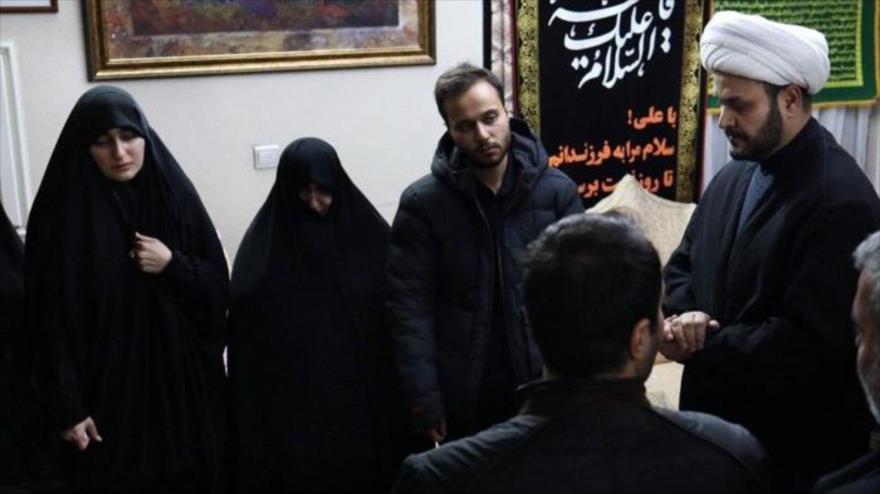 El secretario general de Hezbolá de Irak (Kataeb Hezbolá), el sheij Akram al-Kaabi (dcha.), visita a la familia del general Soleimani, 12 de enero de 2020.