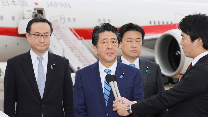 El premier japonés, Shinzo Abe, habla con la prensa en el aeropuerto Haneda de Tokio, antes de viajar a Arabia Saudí, 11 de enero de 2020. (Foto: AFP)