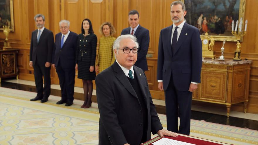 El nuevo ministro español de Universidades, Manuel Castells, prestó juramento en Palacio de Zarzuela en Madrid, 13 de enero de 2020. (Foto: AFP)