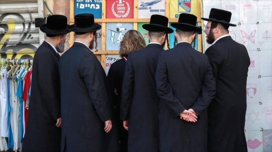 Un grupo de rabinos frente a un cartel. (Foto: AFP)