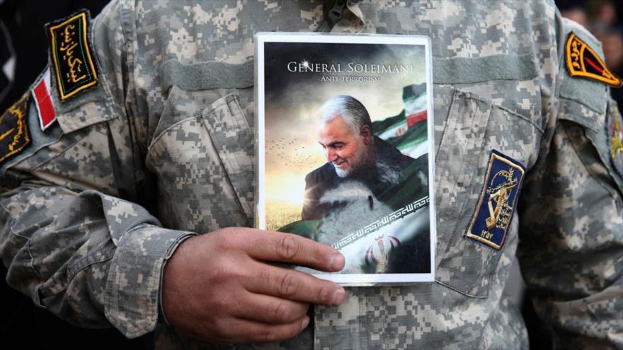 Un manifestante iraní sostiene una fotografía del general Qasem Soleimani durante una protesta por su asesinato a manos de EE.UU. (Foto: Reuters)