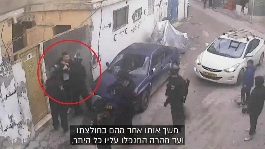 Vídeo: Policías israelíes golpean a un palestino en Al-Quds
