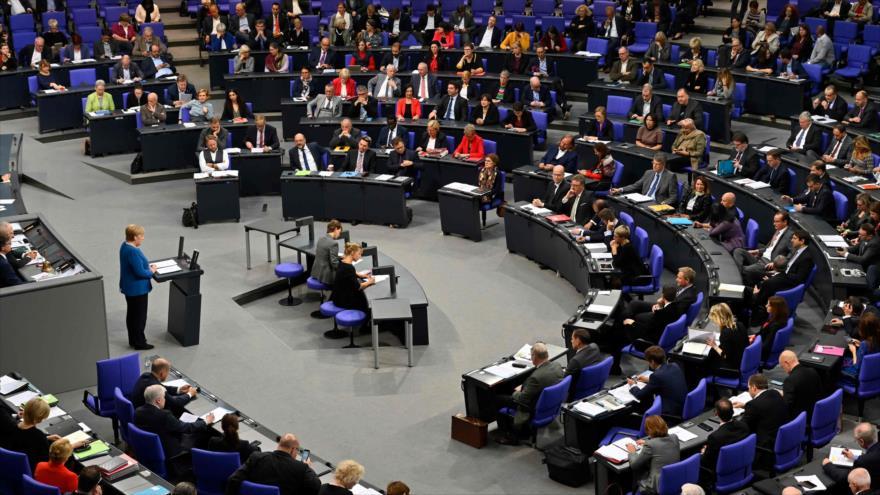 La canciller alemana, Ángela Merkel, ofrece un discurso en el Bundestag (la Cámara Baja del Parlamento alemán), 17 de octubre de 2018. (Foto: AFP)