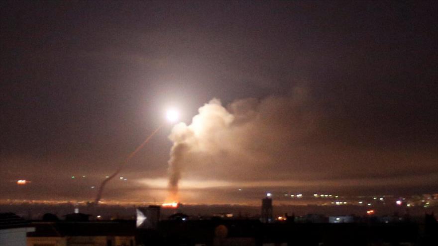 Se observa el fuego de misiles de la defensa antiaérea siria desde Damasco, la capital de Siria, 10 de mayo de 2018. (Foto: Reuters)