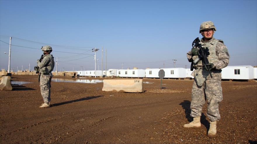 Dos soldados estadounidenses desplegados en una base militar en las afueras de Bagdad, capital iraquí.