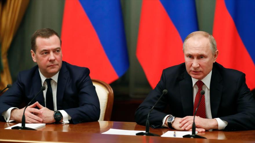 El presidente ruso, Vladimir Putin (dcha.) y el premier, Dmitri Medvedev, se reúnen con miembros del Gobierno en Moscú, 15 de enero de 2020. (Foto: AFP)