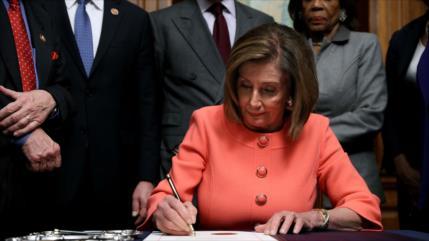 Pelosi firma cargos de juicio contra Trump y los envía al Senado