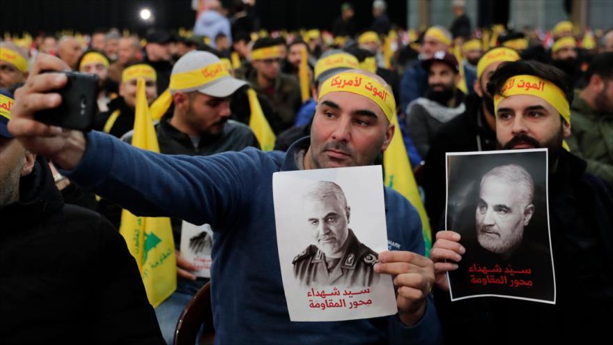 Los partidarios de Hezbolá toman selfie con fotos del general iraní Qasem Soleimani, asesinado por EE.UU., Beirut, 5 de enero de 2020. (Foto: AFP)