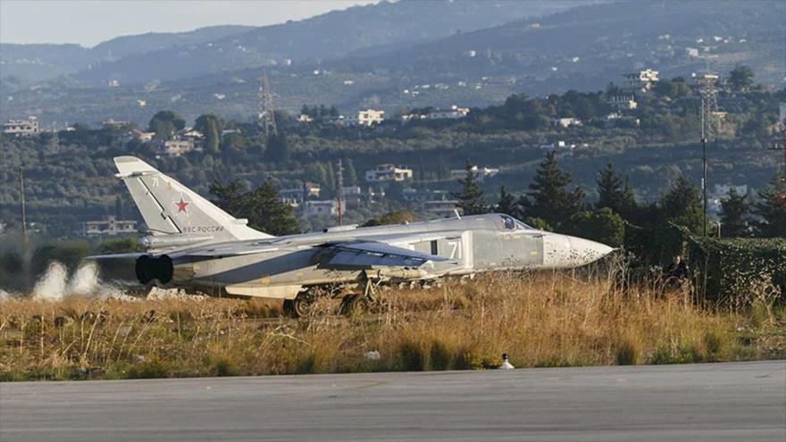 Un bombardero ruso Sujoi Su-24 en la base aérea de Hmeimim en Latakia, oeste de Siria. (Foto: Reuters)