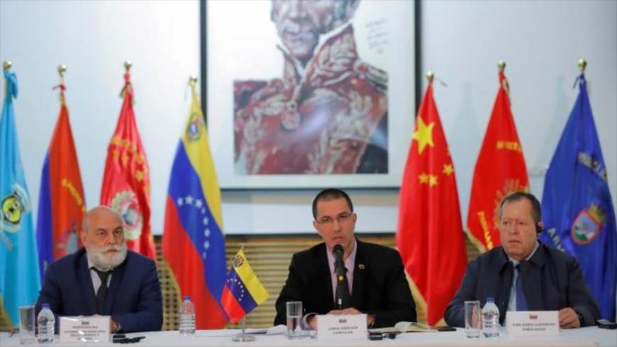 El canciller venezolano, Jorge Arreaza, (centro) en rueda de prensa en la embajada de Venezuela en Pekín, capital de China, 17 de enero de 2020.