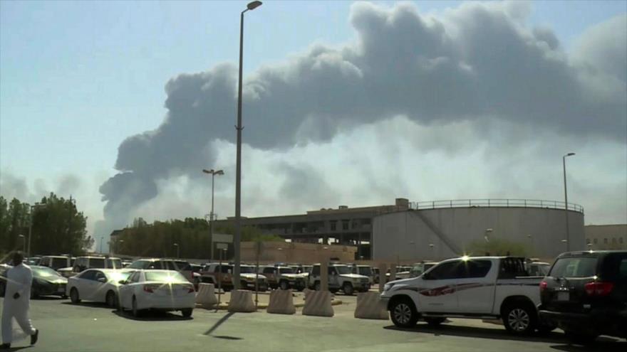 Humo se desprende de ciertas instalaciones de la compañía petrolera saudí Aramco (este) tras ataques de drones, 14 de septiembre de 2019.