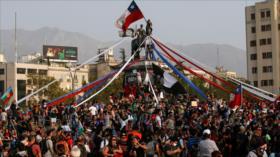 Miles de chilenos vuelven a marchar contra Piñera