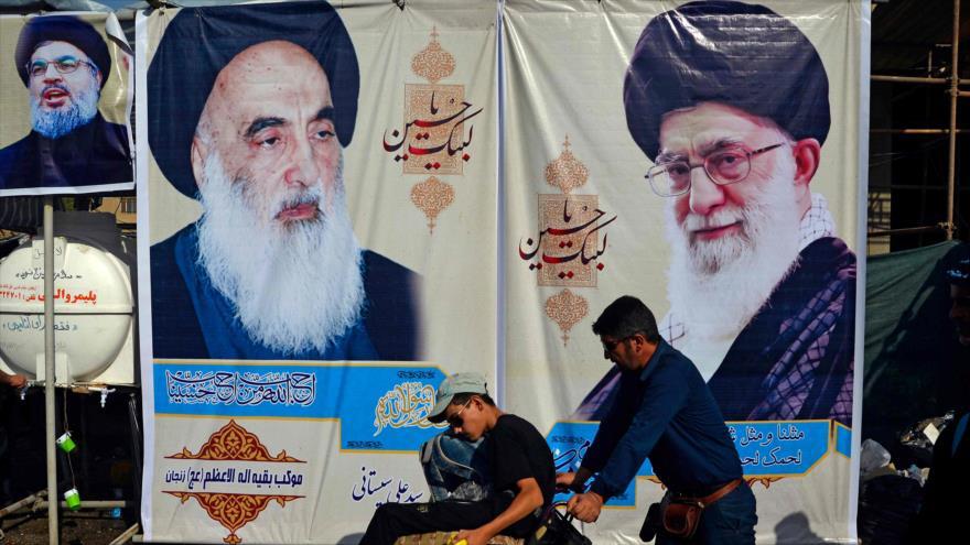 Una pancarta del Líder iraní, el ayatolá Seyed Ali Jamenei (dcha.), y el máximo clérigo iraquí, el ayatolá Sistani, en Nayaf, 12 de octubre de 2019. (Foto: AFP)