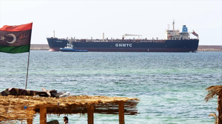 Un buque petrolero en el puerto de Ras Lanuf, en el norte de Libia, 23 de enero de 2016 (Foto: AFP)