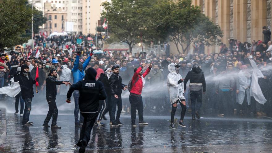 Manifestantes libaneses salen a las calles de Beirut, la capital, en protesta por el retraso en la formación de gobierno, 18 de enero de 2019. (Foto: AFP)