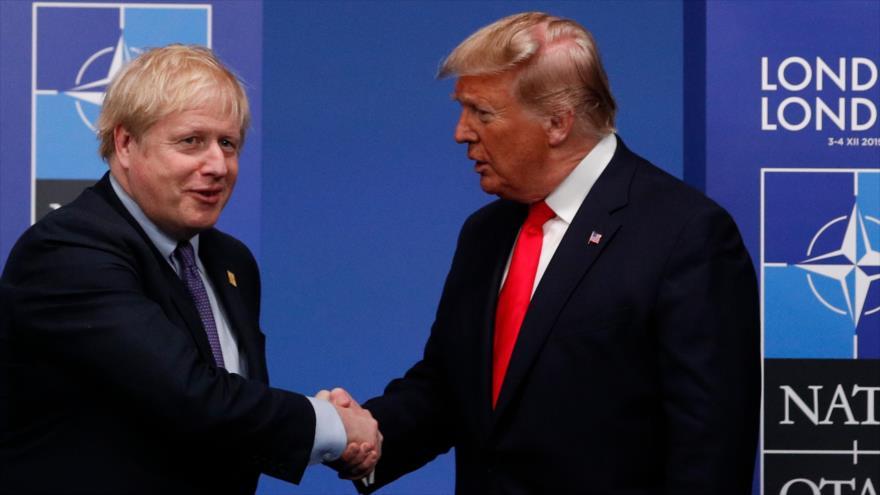 El primer ministro británico, Boris Johnson (izq.), saluda al presidente de EE.UU., Donald Trump, en Londres, 4 de diciembre de 2019. (Foto: AFP)