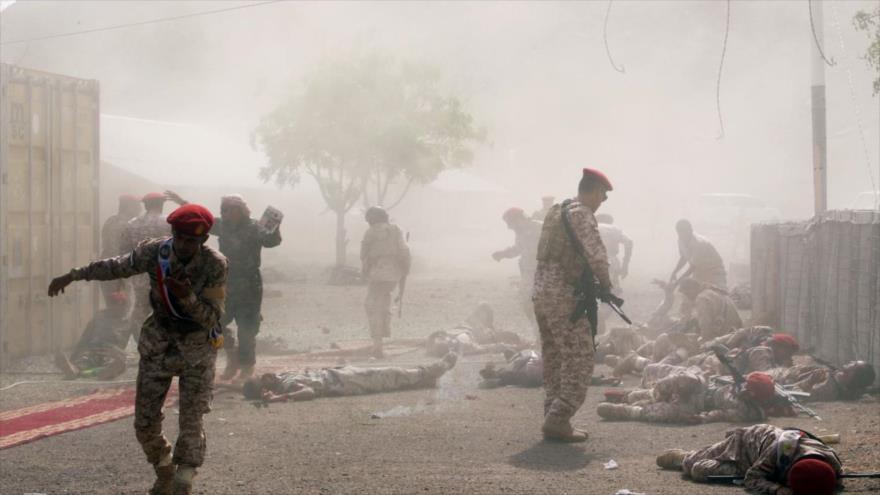 Tropas del expresidente yemení Abdu Rabu Mansur Hadi yacidos al suelo tras un ataque de los combatientes de Ansarolá contra Adén, 4 de agosto de 2019.