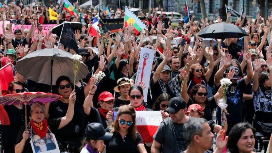Vídeo: Marcha negra irrumpe en calles de Chile para condenar represión