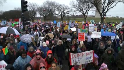 Mujeres estadounidenses marchan contra el Gobierno de Trump