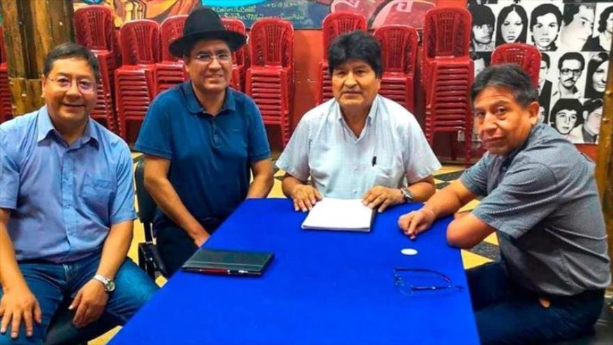 Evo Morales (c) con los precandidatos del MAS: David Choquehuanca, Luis Arce Catacora y Diego Pary Rodríguez, en Buenos Aires, 18 de enero de 2020.