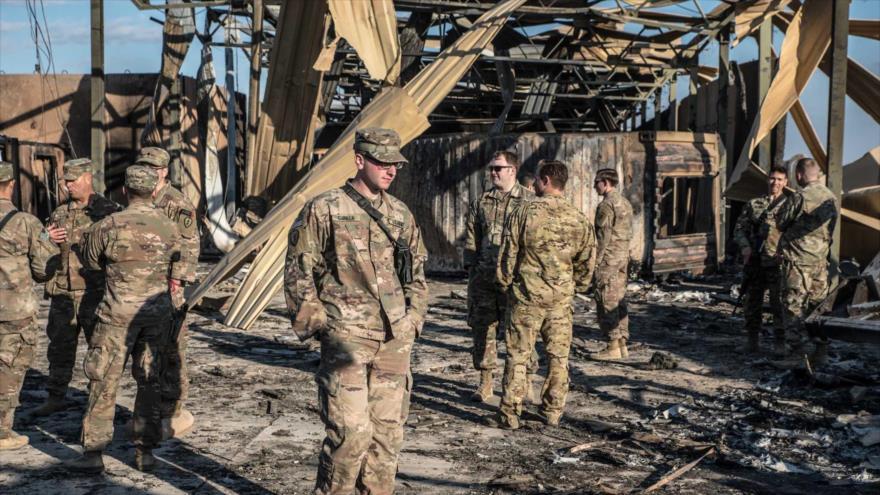 Soldados estadounidenses cerca de una instalación dañada por los ataques iraníes en la base Ain Al-Asad, Irak, 13 de enero de 2020. (Foto: The Washington Post)
