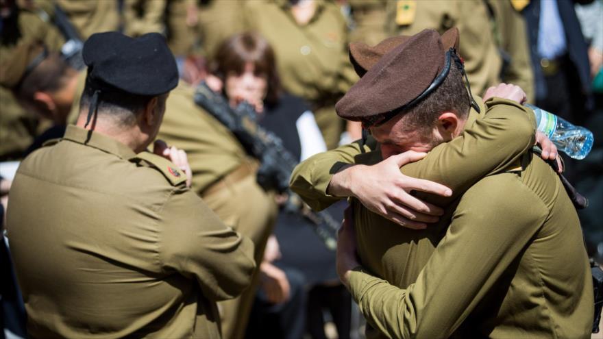 Soldados del ejército israelí lloran la muerte de un colega en el cementerio militar ubicado en la ciudad de Al-Quds (Jerusalén), 28 de marzo de 2019.
