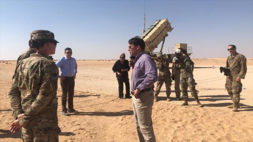 El secretario de Defensa de EE.UU. (c) habla con soldados cerca de un sistema Patriot en una base en Arabia Saudí, 22 de octubre de 2019. (Foto: Reuters)