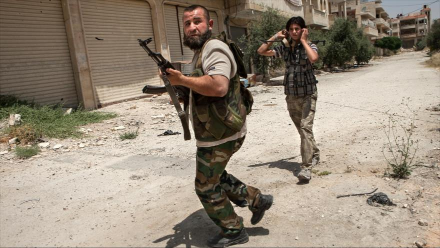 Rebeldes sirios participan en una batalla en la ciudad noroccidental de Maaret al-Numan, en la provincia de Idlib.